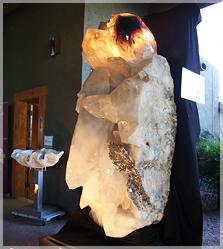 アートのような巨大な水晶原石