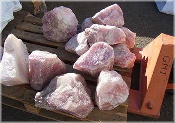 ローズクォーツの原石もゴロゴロと…