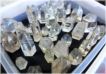 さまざまな大きさの水晶ポイント